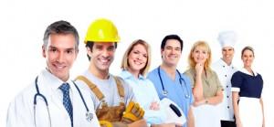 Cascos, guantes, diferentes elementos para la prevención de riesgos laborales en varios trabajos