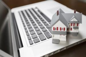 Casa en miniatura encima de un teclado de ordenador - LOPD