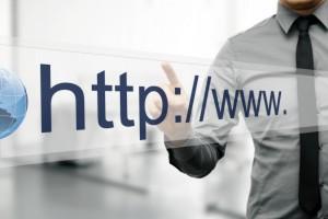 Hombre con pantalla virtual introduciendo una dirección web - Conversia