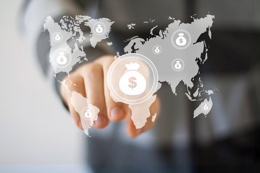Hombre de negocios pulsando botón de dólar en pantalla virtual. La transferencia monetaria puede implicar blanqueo de capitales
