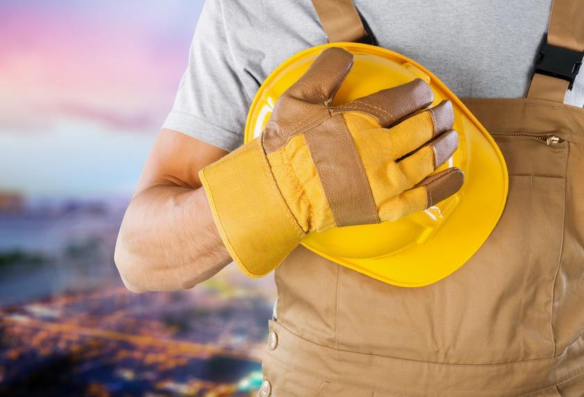 Operario con casco y guantes aplicando una correcta prevención de riesgos laborales