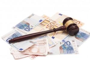 Billetes de euro con un mazo en una sentencia del juez por Blanqueo de Capitales