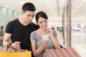 Dos turistas asiáticos comprando en el tax free de un aeropuerto, compras que puden contribuir al blanqueo de capitales