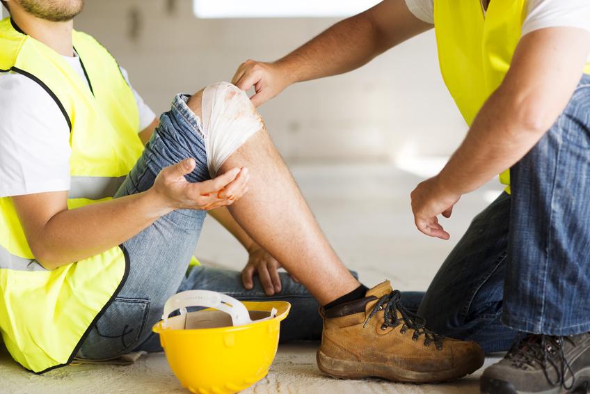 Un operario ayuda a otro en una acción de prevención de riesgos laborales