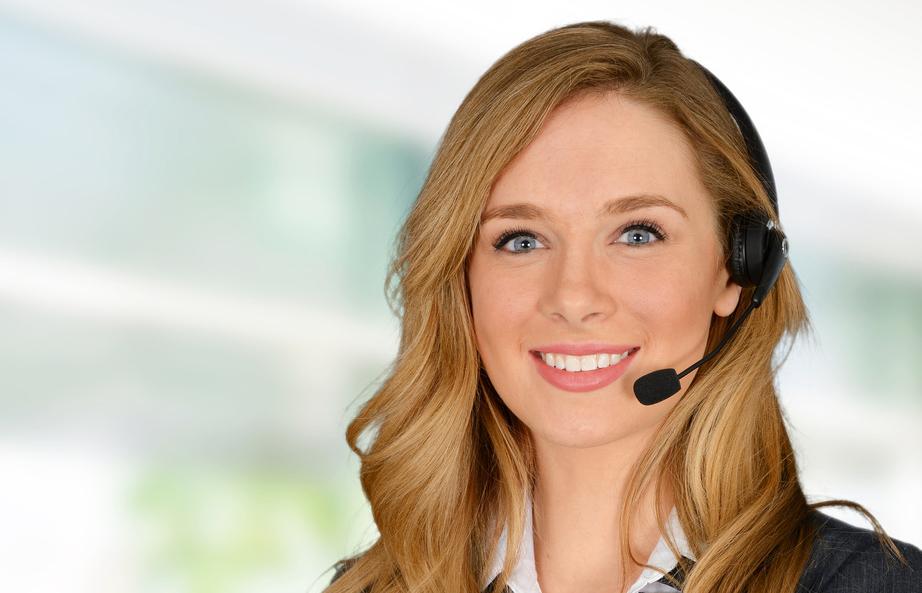 Una mujer ejerciendo de de delegada de prevención de riesgos laborales - Conversia