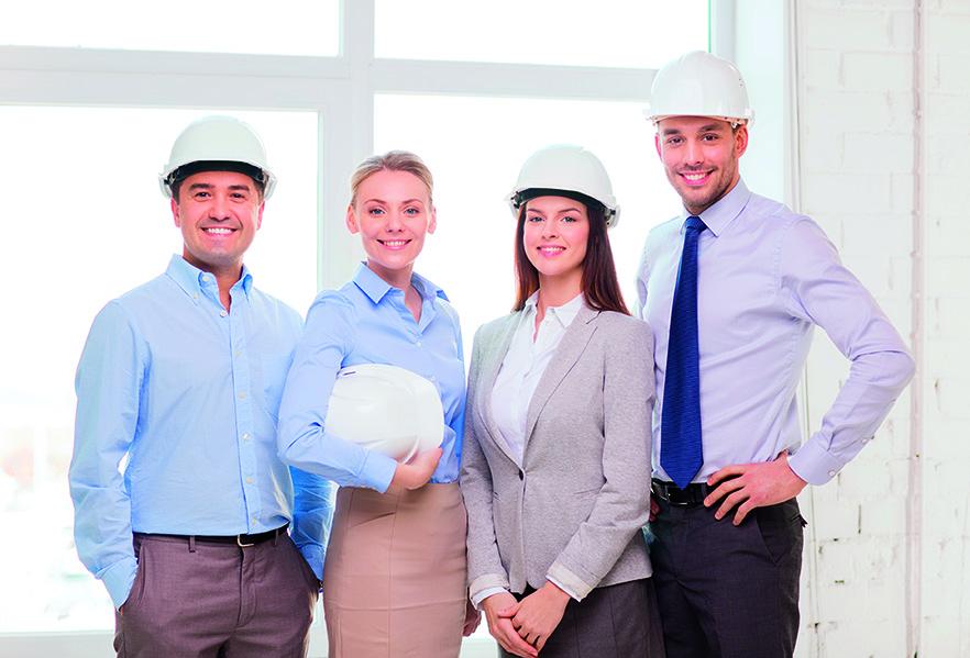 Un equipo con cascos que garantizan una correcta prevención de riesgos laborales