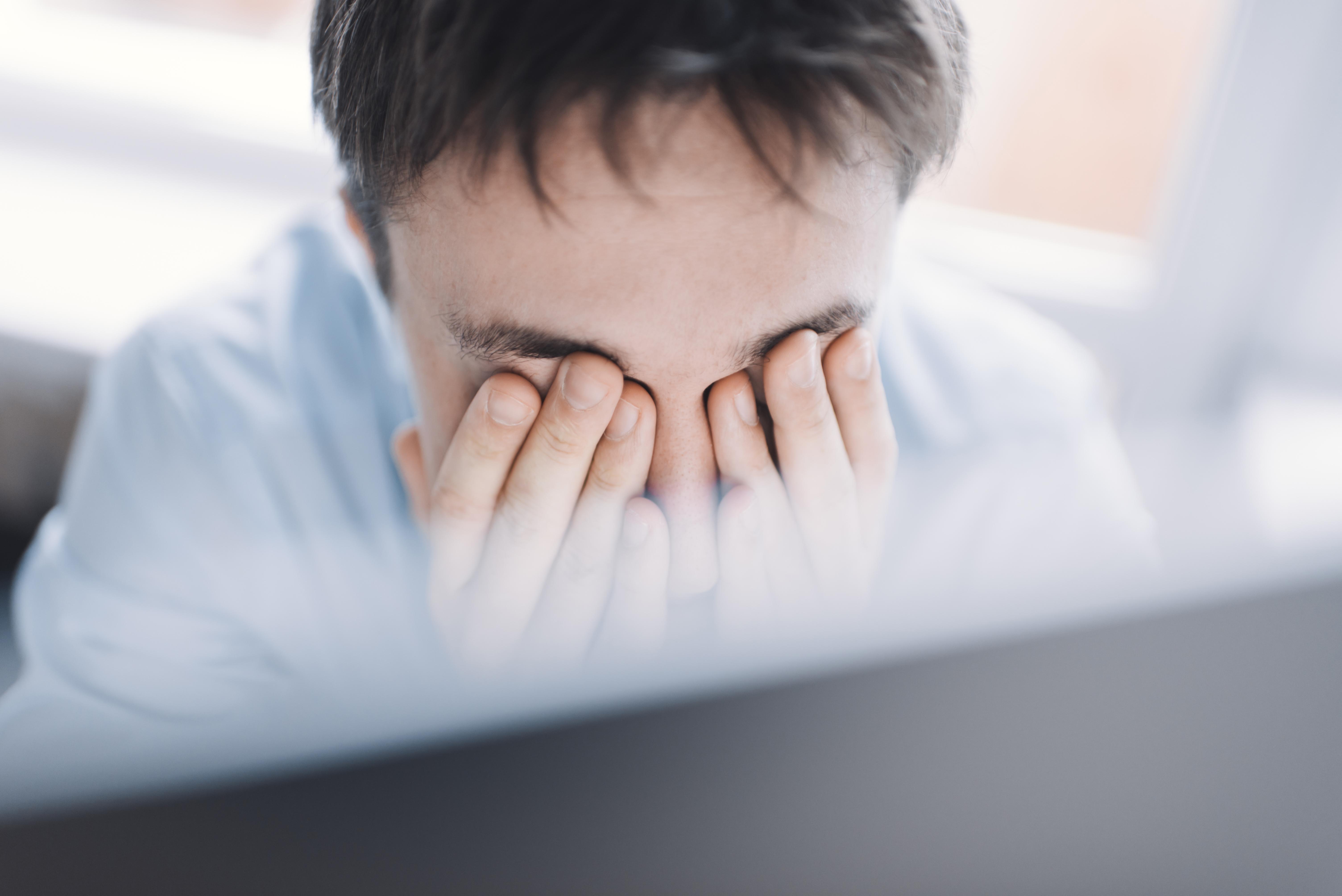 hombre cansado se tapa los ojos si se aplicara una buena prevención de riesgos laborales no le ocurriria