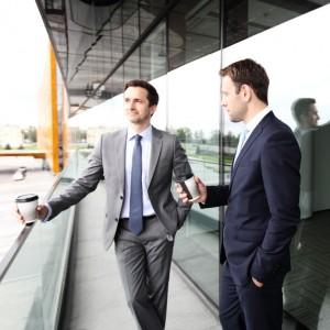Dos hombres en una pausa de su jornada hablando sobre prevención de riesgos laborales