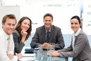 Cuatro trabajadores reunidos hablando sobre la prevención de riesgos laborales