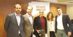 Francisco García recogiendo el 2º premio de la categoría de Mejor Vendedor junto a sus compañeros, Jennifer Dengra y Sergio Molina - Convención Conversia 2017