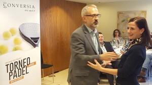 El Director General de Conversia, Alfonso Corral, felicitando a la finalista de la categoría femenina, Sara Repiso - Convención Conversia 2017 Torneo de Pádel