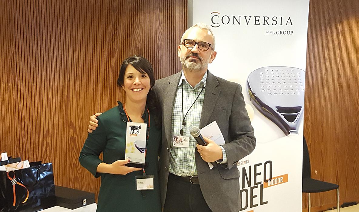 La ganadora de la categoría femenina, Cira Larrubia, junto al Director General de Conversia, Alfonso Corral - Convención Conversia 2017 Torneo de Pádel