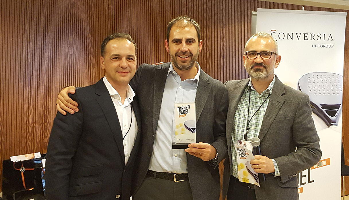 Los finalistas de la categoría masculina, Felipe Jiménez y Sergi Puig, junto al Director General de Conversia, Alfonso Corral - Convención Conversia 2017 Torneo de Pádel