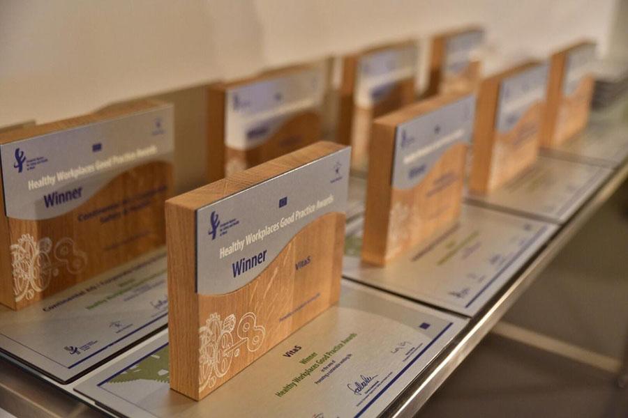 Trofeos premios | Galardones Trabajos Saludables a cada edad | Agencia Europea de la Seguridad y la Salud en el trabajo