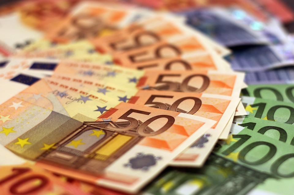 Billetes de 50 y 100 euros, la Agencia Tributaria contra el Blanqueo de capitales