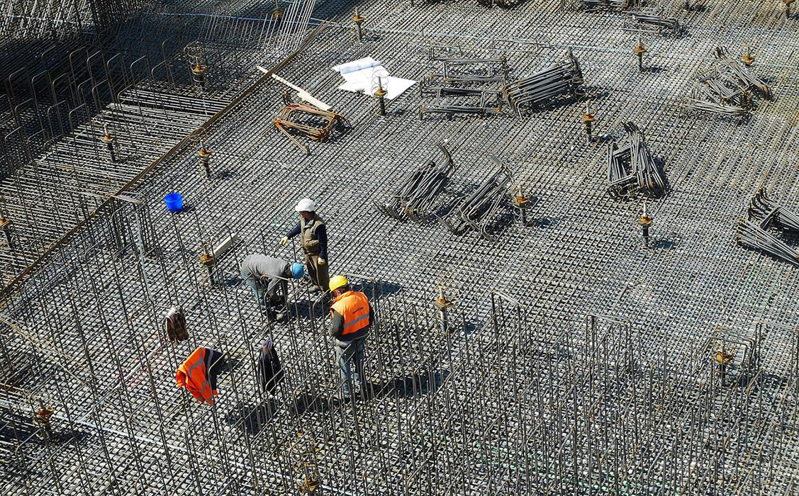 Obreros trabajando con correcta prevención de riesgos laborales para evitar accidentes en el trabajo y accidentes laborales