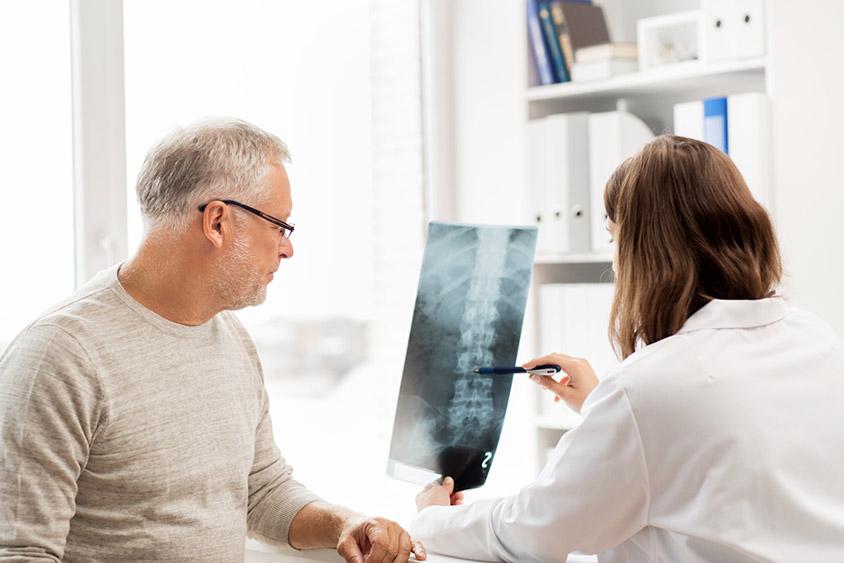 Doctora detectando trastornos músculo-esqueléticos que ya son reconocidos como enfermedades profesionales
