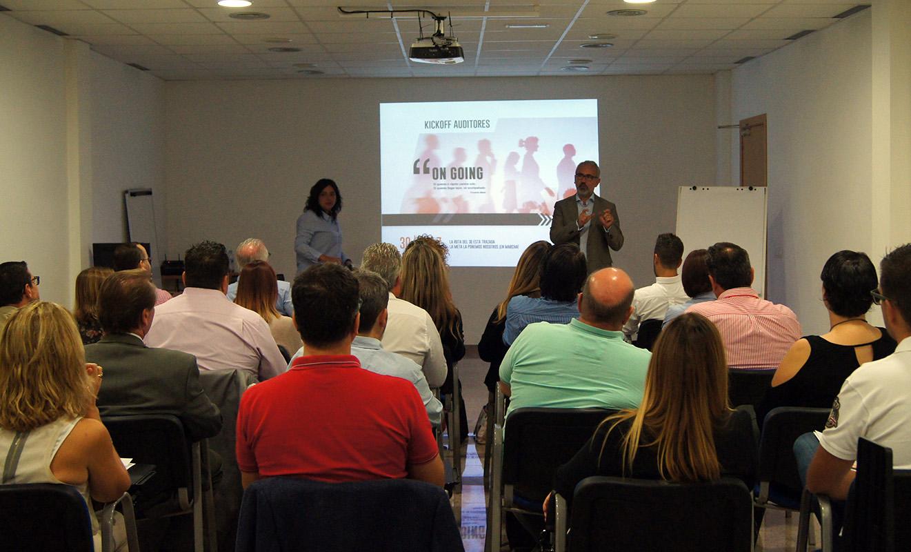 El Director General de Conversia, Alfonso Corral, y la Directora de Operaciones, Sara Solano, durante el desarrollo del Kick Off Auditores de Conversia