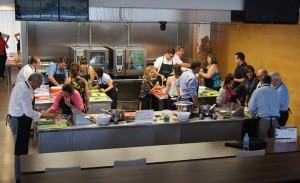 Los participantes durante el desarrollo de la actividad de Teambuilding Cooking durante el desarrollo del Kick Off Auditores de Conversia