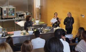 El equipo de La Patente presentando la actividad de Teambuilding Cooking durante el desarrollo del Kick Off Auditores de Conversia