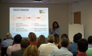 La Directora de Operaciones, Sara Solano, durante el desarrollo del Kick Off Auditores de Conversia