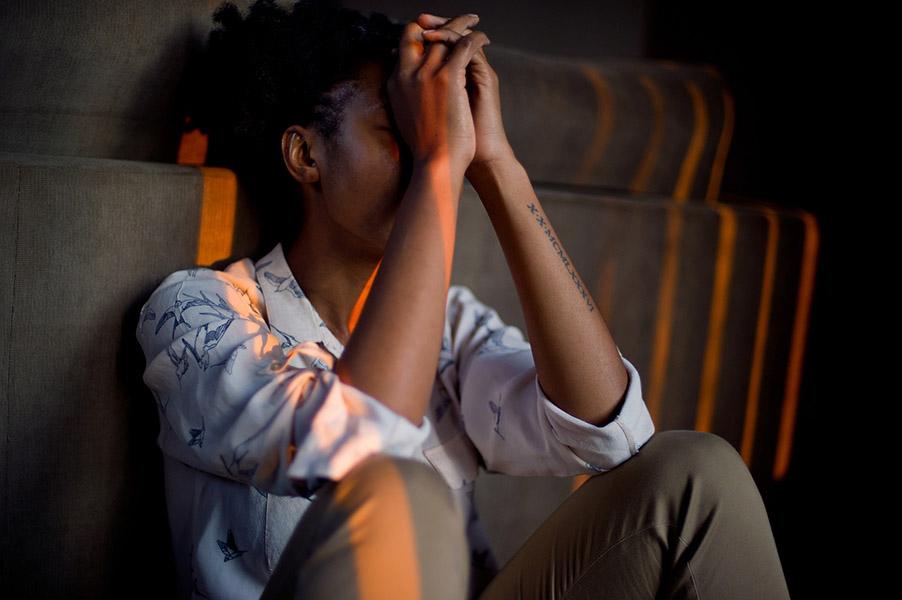 Chica estresada. El estrés es uno de los grandes problemas de la sociedad y causa el 60% bajas laborales en Europa
