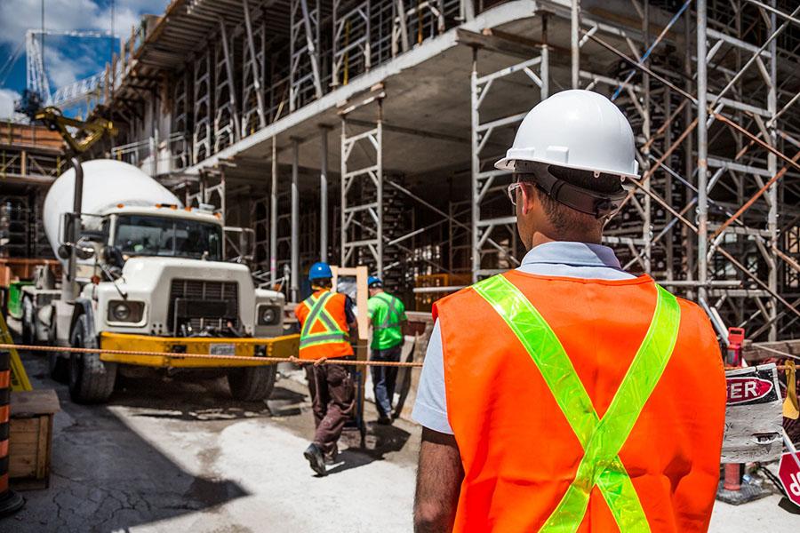 Trabajadores de la construcción vistiendo EPI (Equipo de protección individual)