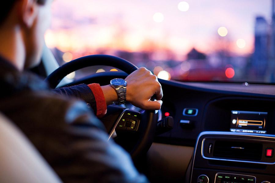 Conductor conduciendo prudentemente para evitar accidentes in itinere y problemas. Conversia te da consejos para evitarlos