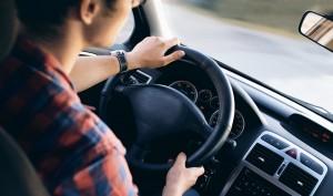 Persona conduciendo con precaución para evitar tener un accidente in itinere. Conversia te da consejos para evitarlos
