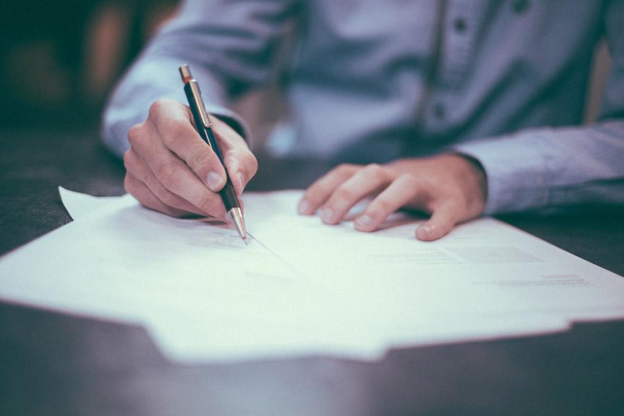 testaferro firmando un acuerdo, siempre respetando la ley de prevención de blanqueo de capitales