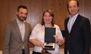 Ángeles Sáez recogiendo el 2º premio de la categoría de Mejor Teleconcertador durante la Convención 2018 de Conversia