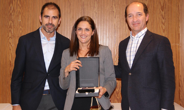 Carme Bernadet recogiendo el premio a Mejor Ejecutivo de Cuentas en Eficacia Comercial durante la Convención 2018 de Conversia