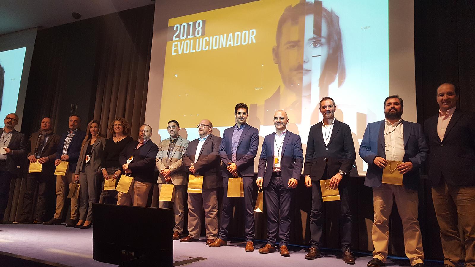 Los participantes de la prueba piloto con sus obsequios en la Convención 2018 de Conversia