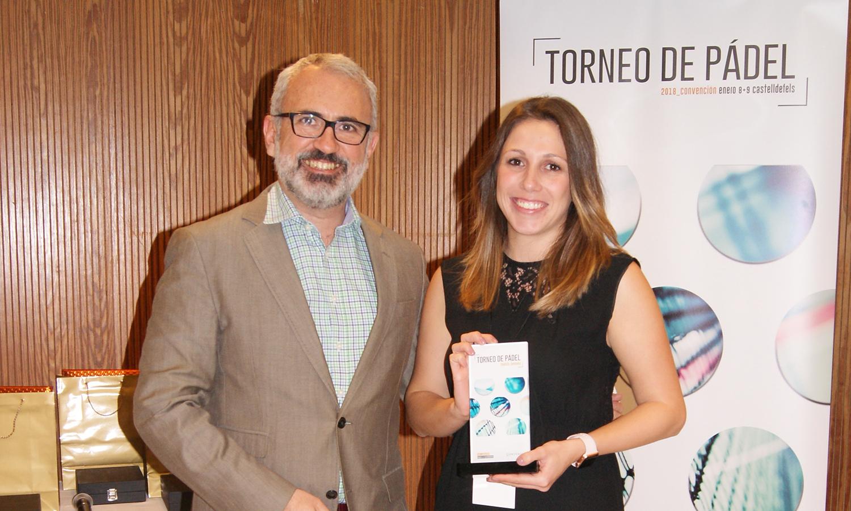 El Director General de Conversia, Alfonso Corral, junto a la finalista de la categoría femenina, Mónica Camero, en la Convención 2018 de Conversia