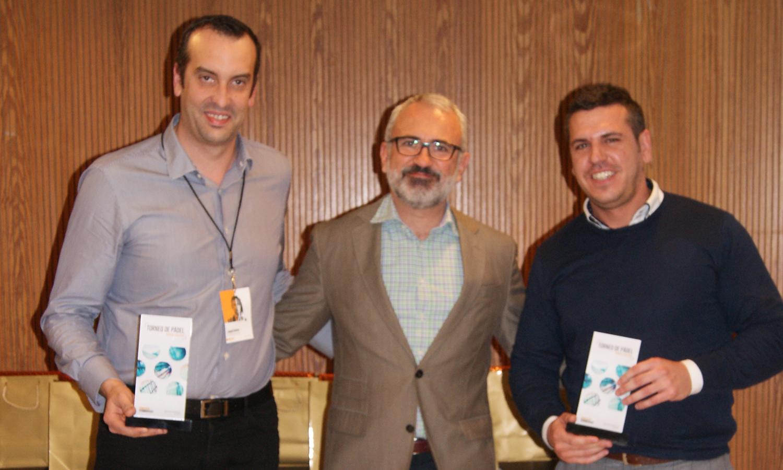 Los finalistas de la categoría masculina, Quim Lloveras y Rafael Salcedo, junto al Director General de Conversia, Alfonso Corral durante la Convención 2018 de Conversia