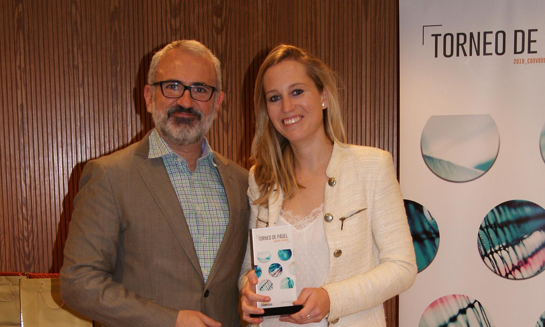 La ganadora de la categoría femenina, Laura Serra, junto al Director General de Conversia, Alfonso Corral durante la Convención 2018 de Conversia