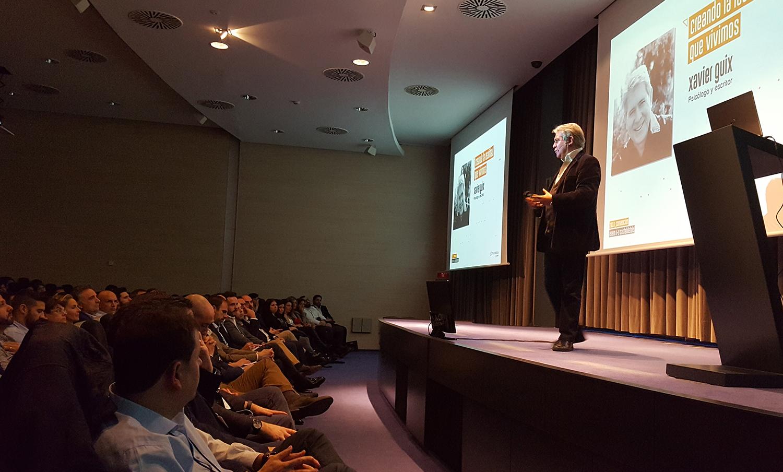 El psicólogo y escritor Xavier Guix durante la realización de su charla en la Convención 2018 de Conversia