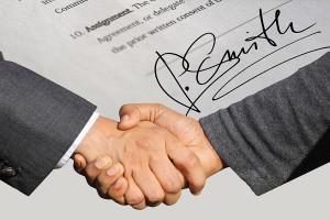 dos personas encajando la mano en un acuerdo