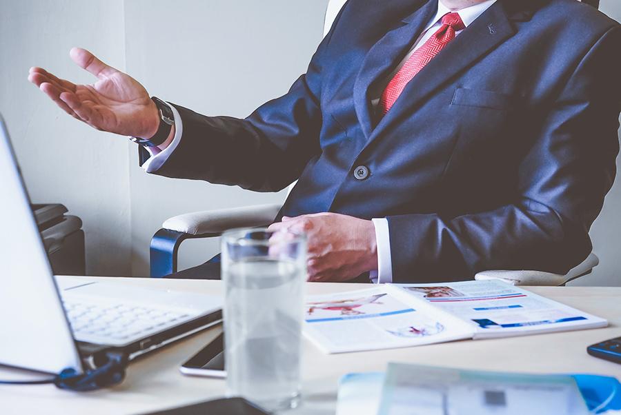 Un empresario trabajando para la correcta prevención de riesgos penales en su empresa, asesorado por conversia
