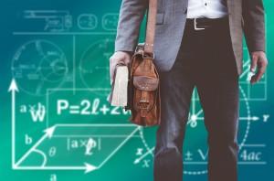 """Imagen de un profesor que tiene riesgos laborales y también recibe opiniones críticas sobre su """"buena vida"""""""