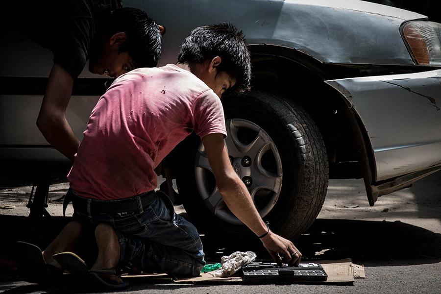 niño trabajando, tema dedicado al día mundial de la seguridad y salud en el trabajo al que se ha unido conversia