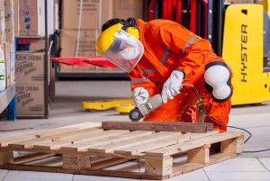 Un trabajador plenamente equipado para evitar riesgos, accidentes y problemas