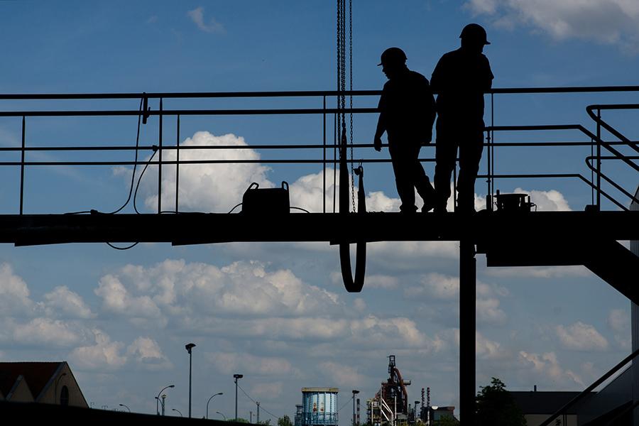 Imagen de dos obreros trabajando sin problemas gracias a la prevención de riesgos laborales ilustra un post de conversia