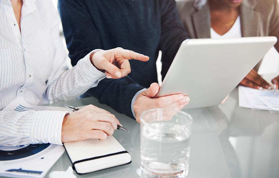 foto de tres personas planificando para ilustrar post de conversia sobre problemas riesgos laborales