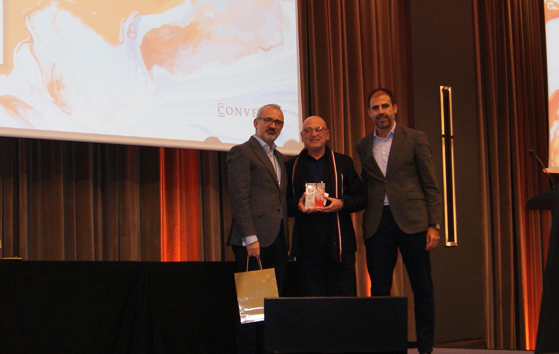 Pedro Pol recogiendo el premio a Mejor Agente de Conversia.