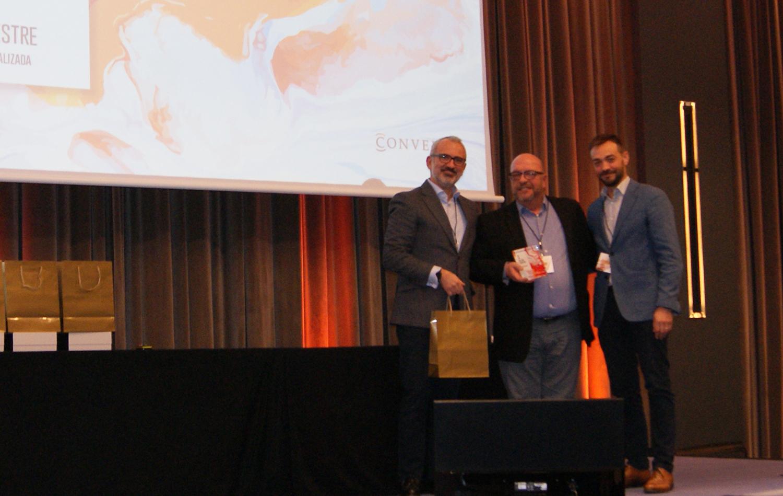 Albert Mestre recogiendo el 1er premio de la categoría de Mejor Auditor de Conversia.