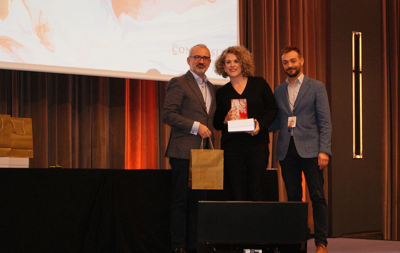 Ana Martínez recogiendo el 3er premio de la categoría de Mejor Auditor de Conversia.