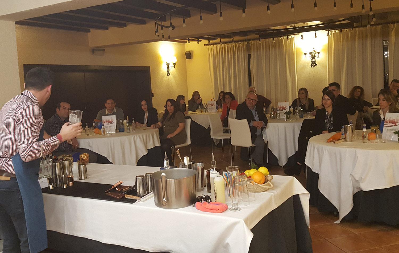 El coctelero Gerard Ruiz explicando la realización de un Gin-tonic. Convención Conversia 2019