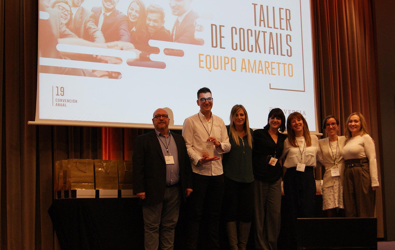 El equipo ganador, Amaretto, recibe el trofeo de manos de Angèlica Guillén, Directora de Marketing y Comunicación de Conversia.