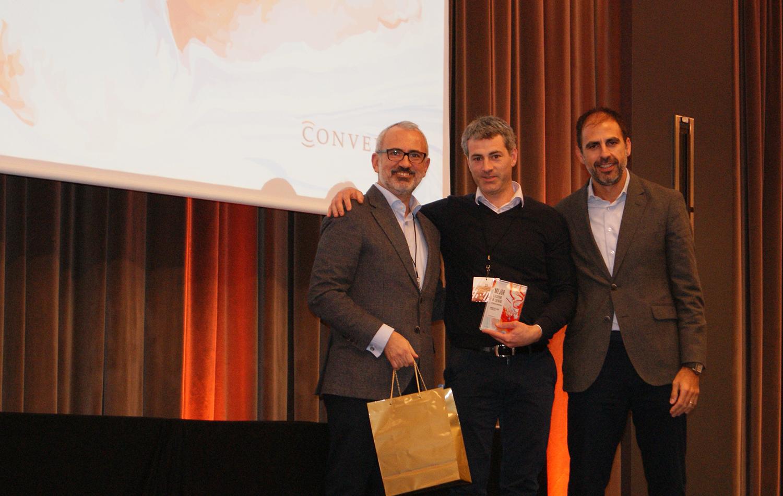Ander de Lasa recogiendo el premio a Mejor Ejecutivo de Cuentas en Eficacia Comercial de Conversia.